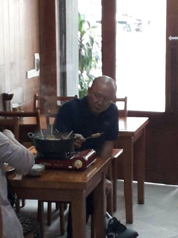 Dân mạng bắt quả tang thầy Park giản dị, dẫn vợ đi ăn lẩu bình dân Việt Nam-3