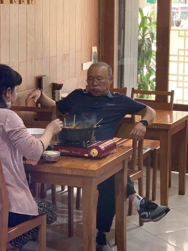 Dân mạng bắt quả tang thầy Park giản dị, dẫn vợ đi ăn lẩu bình dân Việt Nam-4