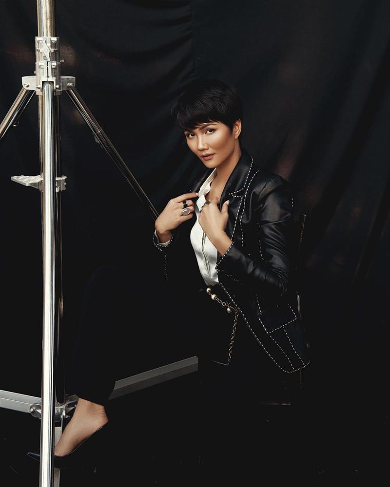 Chán hình ảnh bánh bèo, HHen Niê được fan khen nức nở với phong cách nữ tổng tài-3