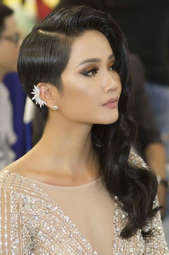 Chán hình ảnh bánh bèo, HHen Niê được fan khen nức nở với phong cách nữ tổng tài-10