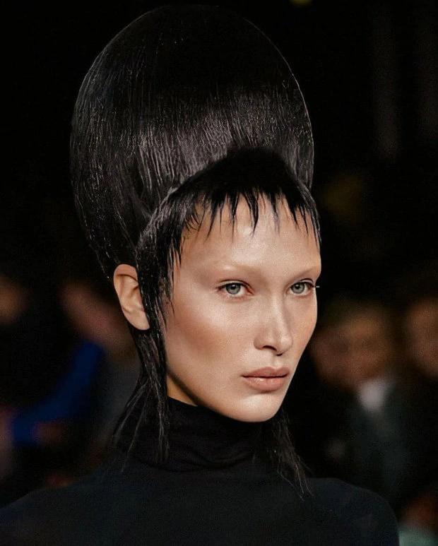 Bella Hadid xấu lạ không nhận ra với tóc búi cao đồ sộ, ăn vận kín mít-2