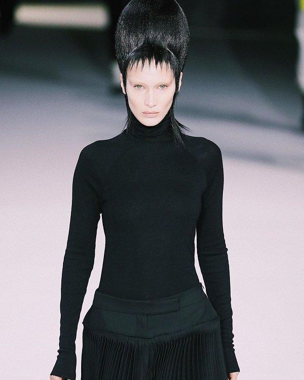 Bella Hadid xấu lạ không nhận ra với tóc búi cao đồ sộ, ăn vận kín mít-1