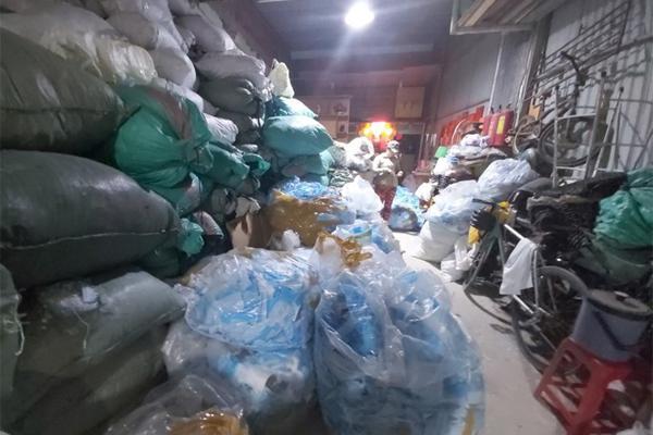Phát hiện đối tượng thu gom 2 tấn khẩu trang y tế đã qua sử dụng tại TP.HCM-2