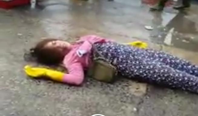 Nữ tiểu thương ngất xỉu, nằm bất động vì loạt đòn dã man của nhóm đàn ông mặc đồ bảo vệ-4