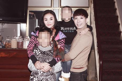 Sau scandal bị bắt ở động mại dâm nam, Long Nhật bức xúc bế con đi xét nghiệm ADN-4
