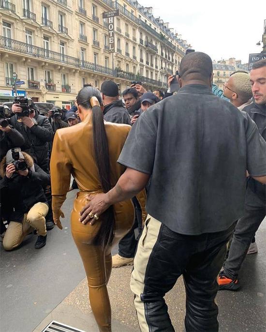 Kim Kardashian chuộng đồ bó sát khiến chồng liên tục đụng chạm vòng 3-2