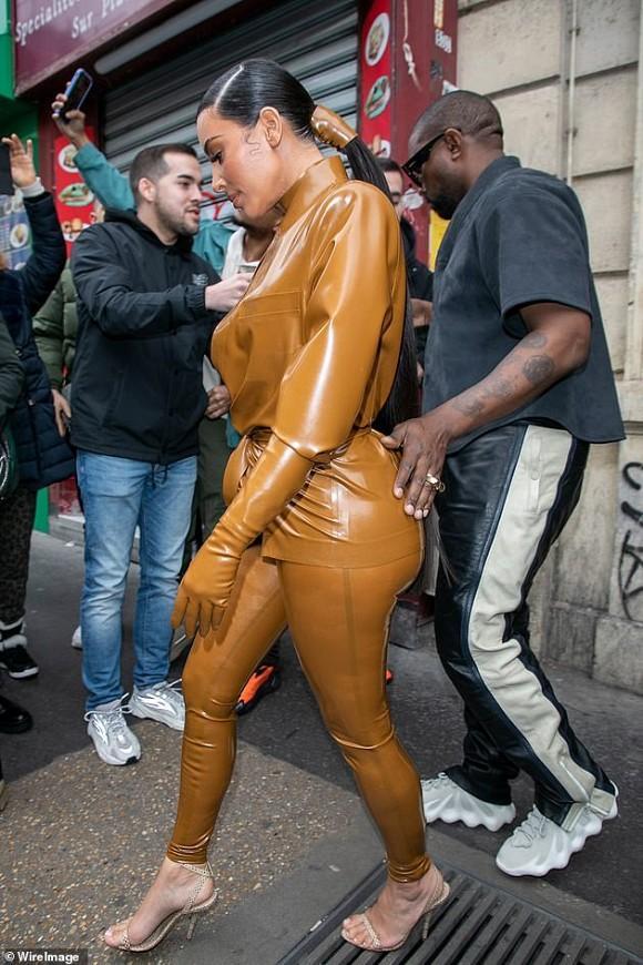 Kim Kardashian chuộng đồ bó sát khiến chồng liên tục đụng chạm vòng 3-3