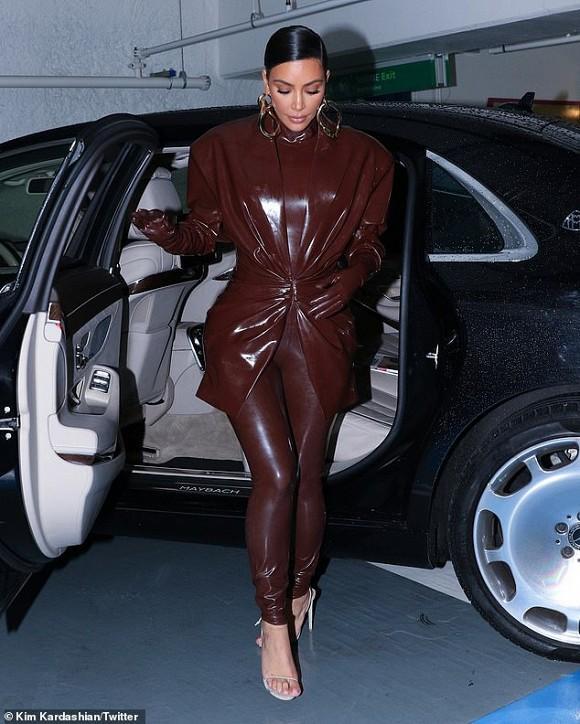 Kim Kardashian chuộng đồ bó sát khiến chồng liên tục đụng chạm vòng 3-4