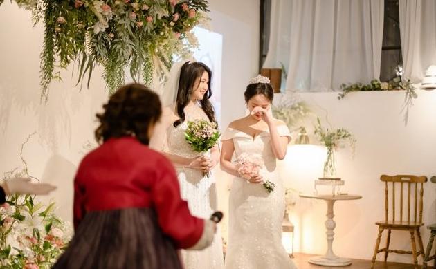 Cô dâu xúc động trong ngày cưới.
