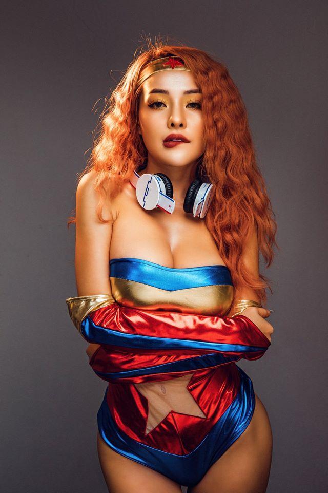 Bình thường đã chuộng phong cách hở hang, Ngân 98 càng sexy táo bạo khi chuyển sang làm DJ-1