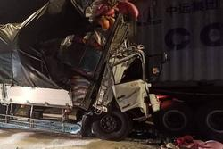 TP.HCM: Xe tải tông cực mạnh vào đuôi container trên quốc lộ, 3 người chết thảm trong cabin