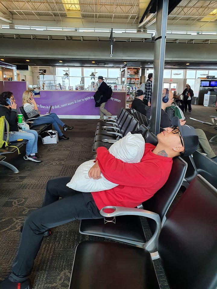 Tuấn Hưng không đeo khẩu trang, ngủ vạ vật tại sân bay Mỹ sau 5 đêm diễn liền tù tì không chợp mắt-1