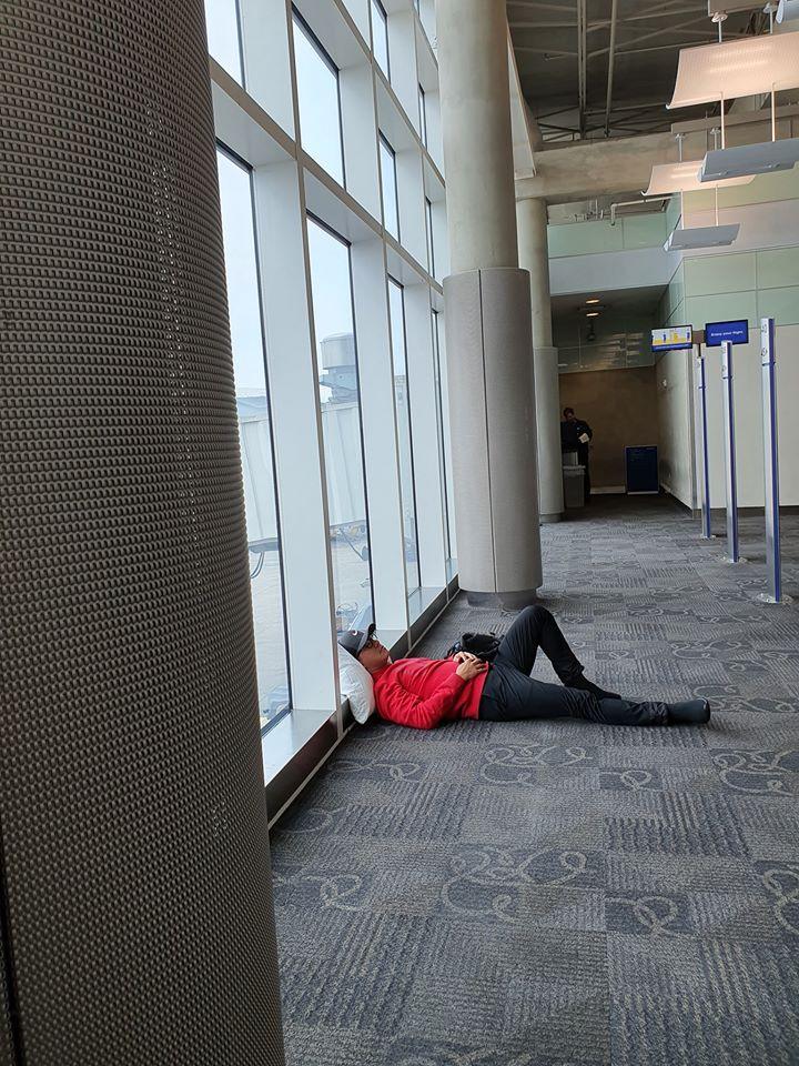 Tuấn Hưng không đeo khẩu trang, ngủ vạ vật tại sân bay Mỹ sau 5 đêm diễn liền tù tì không chợp mắt-3