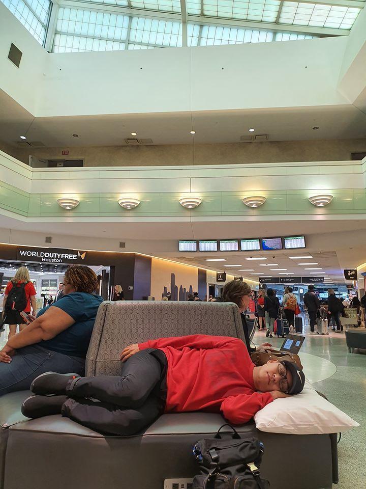 Tuấn Hưng không đeo khẩu trang, ngủ vạ vật tại sân bay Mỹ sau 5 đêm diễn liền tù tì không chợp mắt-2