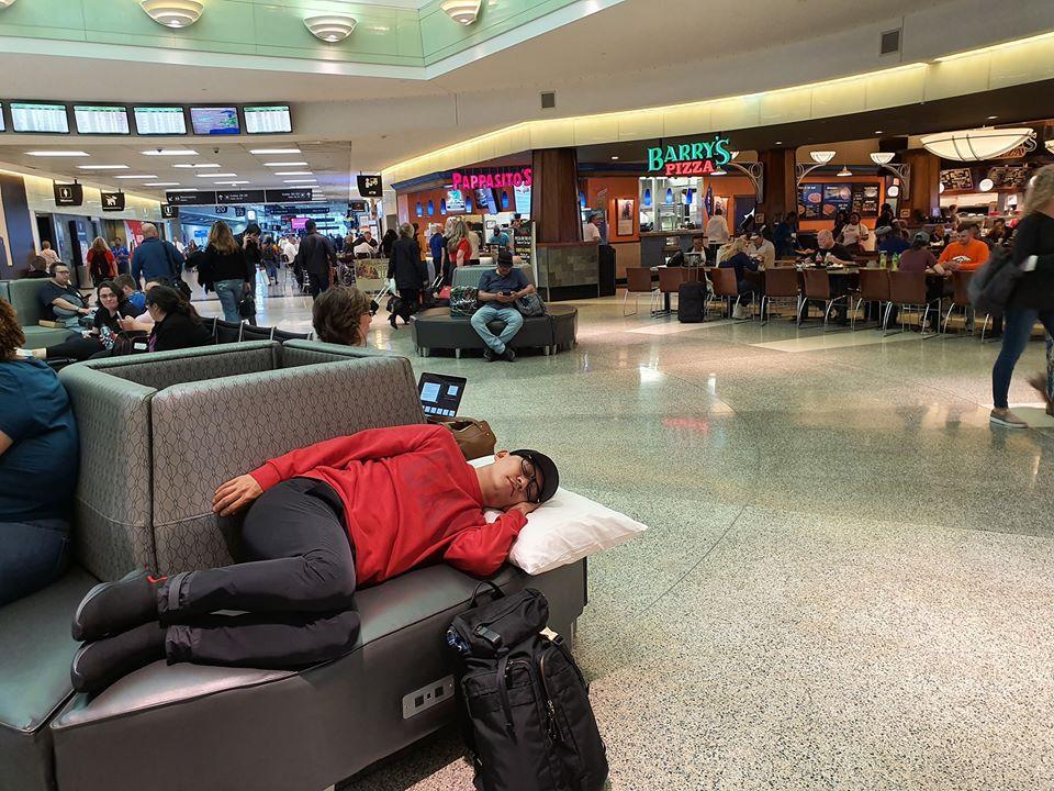 Tuấn Hưng không đeo khẩu trang, ngủ vạ vật tại sân bay Mỹ sau 5 đêm diễn liền tù tì không chợp mắt-4