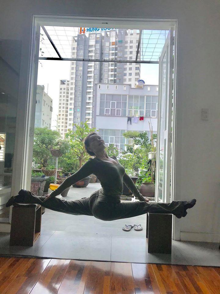 Mẹ Hồ Ngọc Hà thực hiện động tác yoga đỉnh như xiếc bất chấp đã ở tuổi 63-1