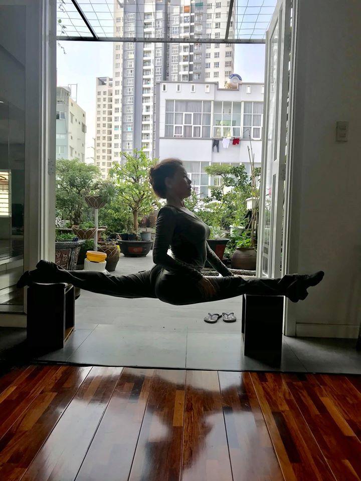 Mẹ Hồ Ngọc Hà thực hiện động tác yoga đỉnh như xiếc bất chấp đã ở tuổi 63-2