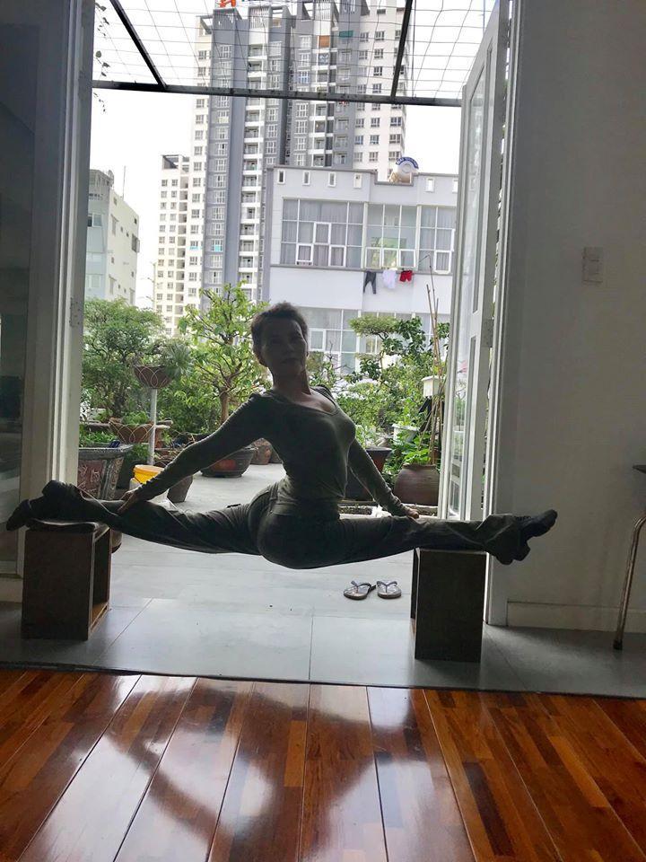 Mẹ Hồ Ngọc Hà thực hiện động tác yoga đỉnh như xiếc bất chấp đã ở tuổi 63-3