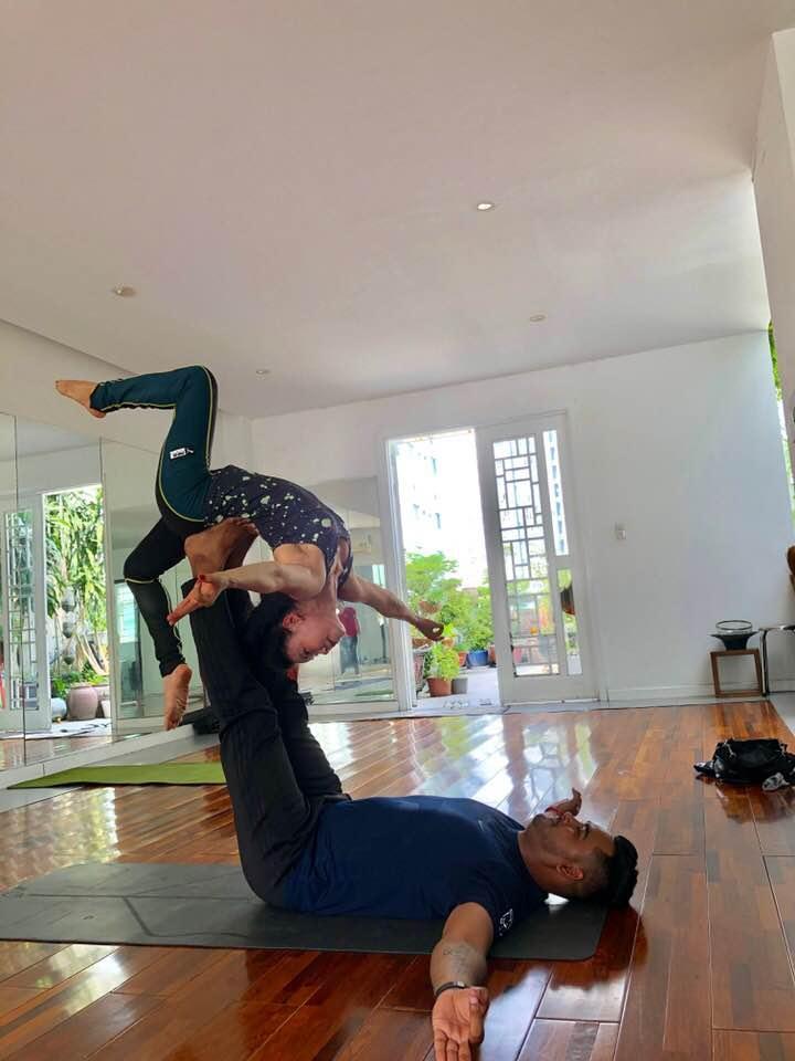 Mẹ Hồ Ngọc Hà thực hiện động tác yoga đỉnh như xiếc bất chấp đã ở tuổi 63-4