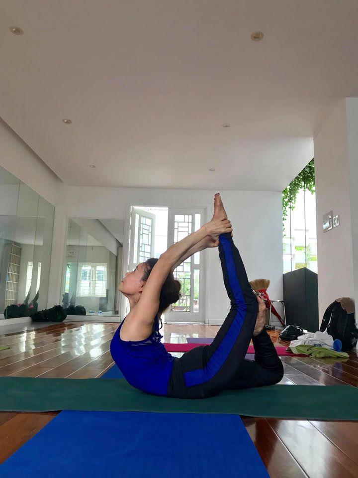 Mẹ Hồ Ngọc Hà thực hiện động tác yoga đỉnh như xiếc bất chấp đã ở tuổi 63-6