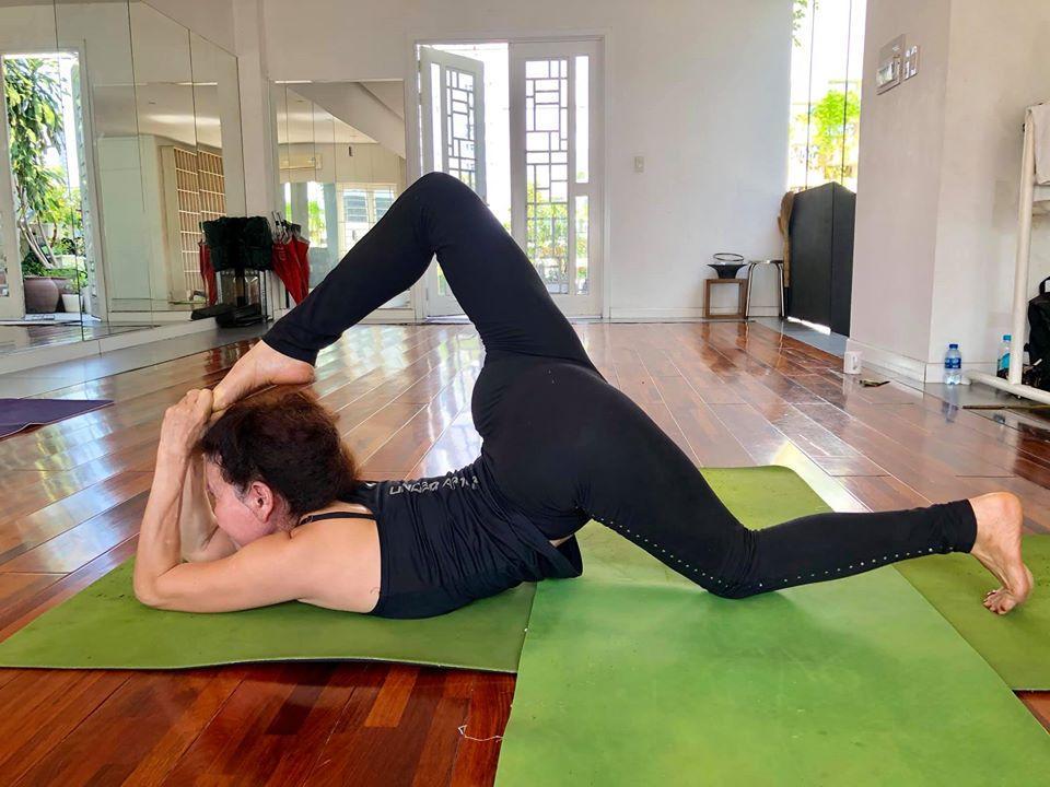 Mẹ Hồ Ngọc Hà thực hiện động tác yoga đỉnh như xiếc bất chấp đã ở tuổi 63-8