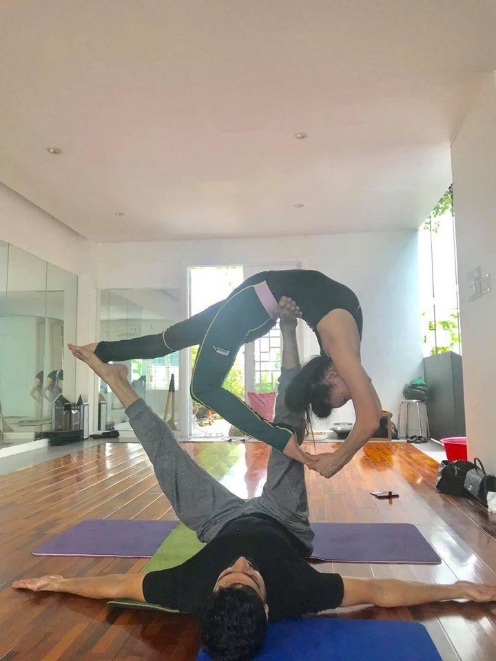 Mẹ Hồ Ngọc Hà thực hiện động tác yoga đỉnh như xiếc bất chấp đã ở tuổi 63-9