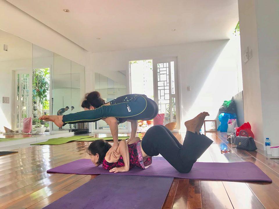 Mẹ Hồ Ngọc Hà thực hiện động tác yoga đỉnh như xiếc bất chấp đã ở tuổi 63-11