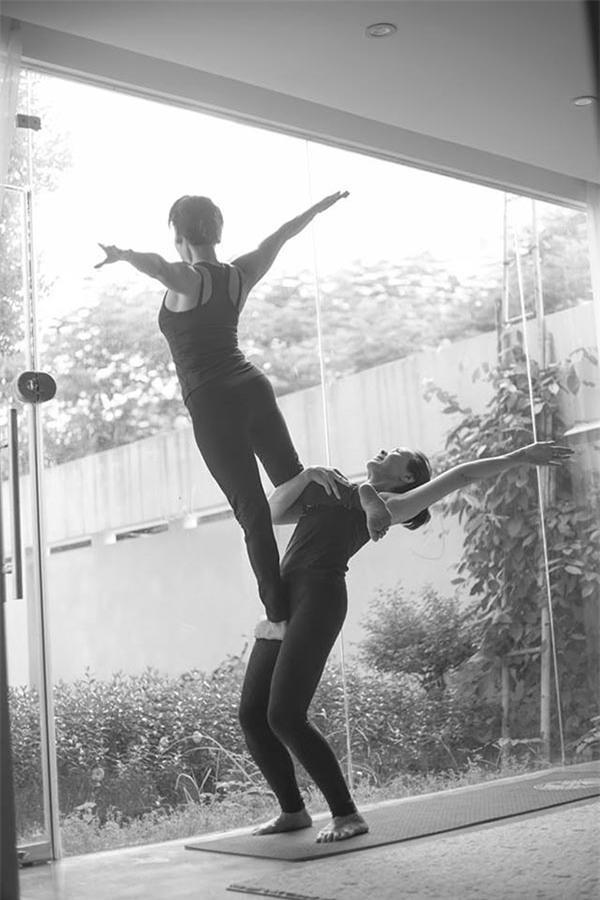 Mẹ Hồ Ngọc Hà thực hiện động tác yoga đỉnh như xiếc bất chấp đã ở tuổi 63-13