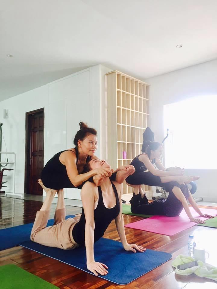 Mẹ Hồ Ngọc Hà thực hiện động tác yoga đỉnh như xiếc bất chấp đã ở tuổi 63-14