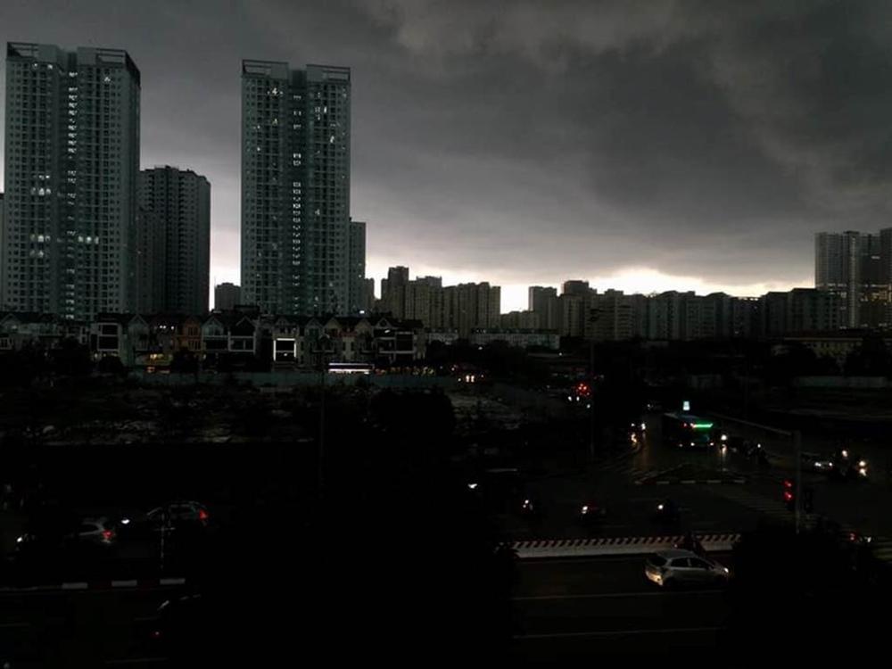 1h chiều, Hà Nội mây đen vần vũ, trời tối sầm, mưa như trút nước-2