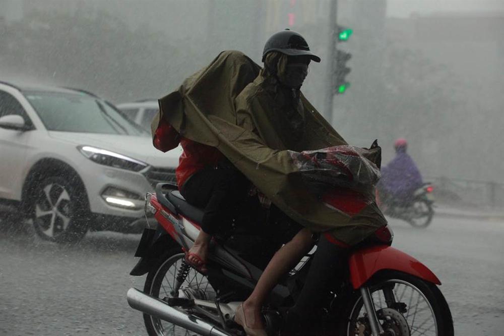1h chiều, Hà Nội mây đen vần vũ, trời tối sầm, mưa như trút nước-9