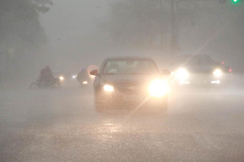 1h chiều, Hà Nội mây đen vần vũ, trời tối sầm, mưa như trút nước