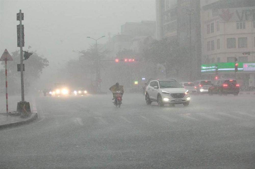1h chiều, Hà Nội mây đen vần vũ, trời tối sầm, mưa như trút nước-11