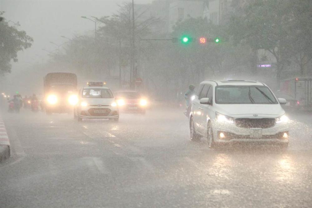 1h chiều, Hà Nội mây đen vần vũ, trời tối sầm, mưa như trút nước-12