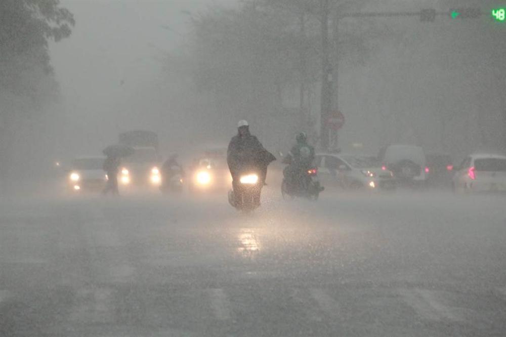 1h chiều, Hà Nội mây đen vần vũ, trời tối sầm, mưa như trút nước-13