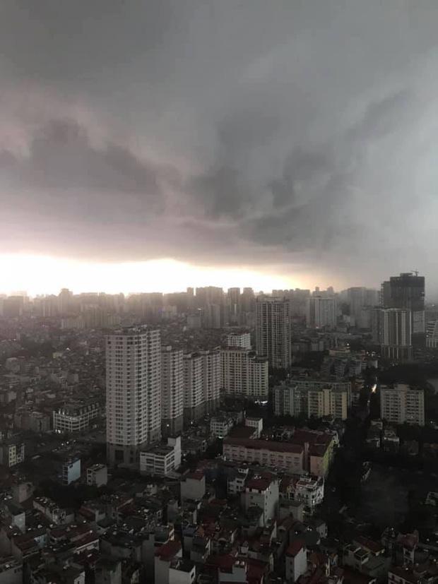 1h chiều, Hà Nội mây đen vần vũ, trời tối sầm, mưa như trút nước-5