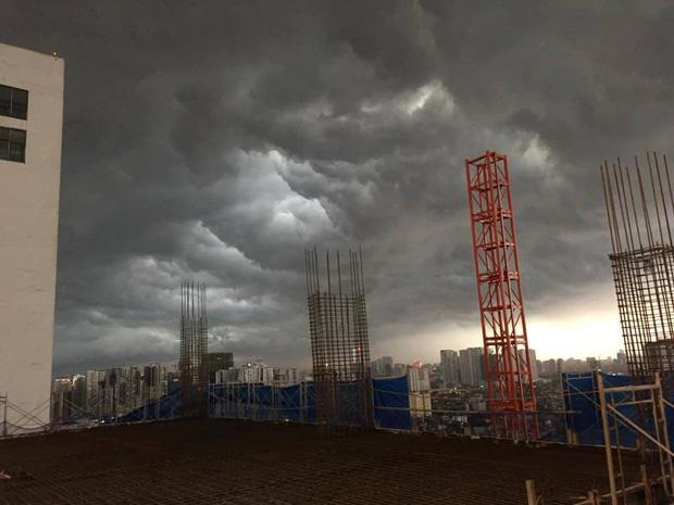 1h chiều, Hà Nội mây đen vần vũ, trời tối sầm, mưa như trút nước-3