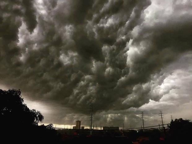1h chiều, Hà Nội mây đen vần vũ, trời tối sầm, mưa như trút nước-4