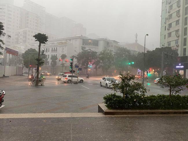 1h chiều, Hà Nội mây đen vần vũ, trời tối sầm, mưa như trút nước-8