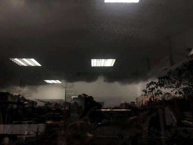 1h chiều, Hà Nội mây đen vần vũ, trời tối sầm, mưa như trút nước-1