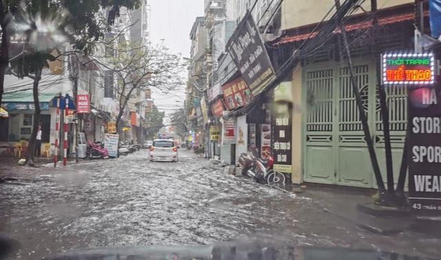 1h chiều, Hà Nội mây đen vần vũ, trời tối sầm, mưa như trút nước-17