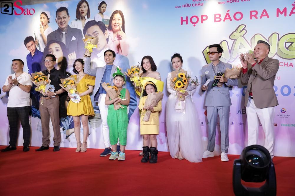 Cát Phượng hộ tống Kiều Minh Tuấn ra mắt phim mới giữa mùa dịch corona-19