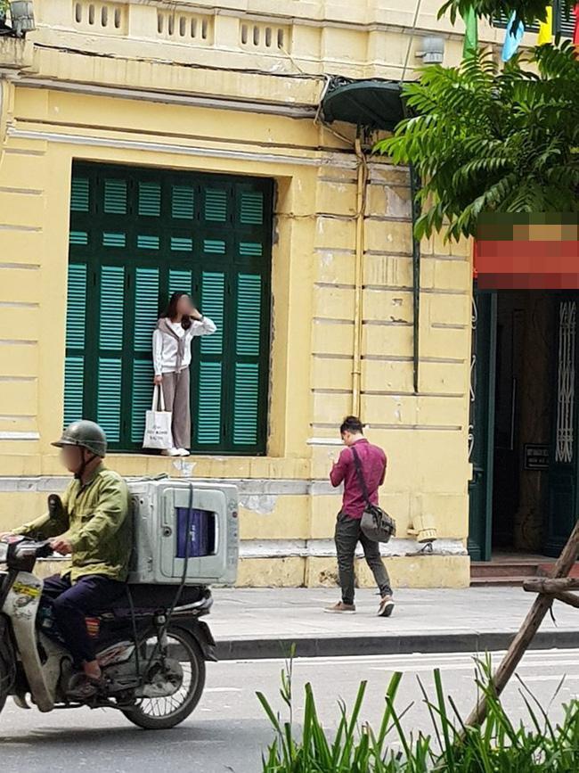 Chỉ trích cô gái trẻ trèo lên cửa sổ nhà cổ ở Hà Nội sống ảo, chủ nhân loạt ảnh bị ném đá ngược-1