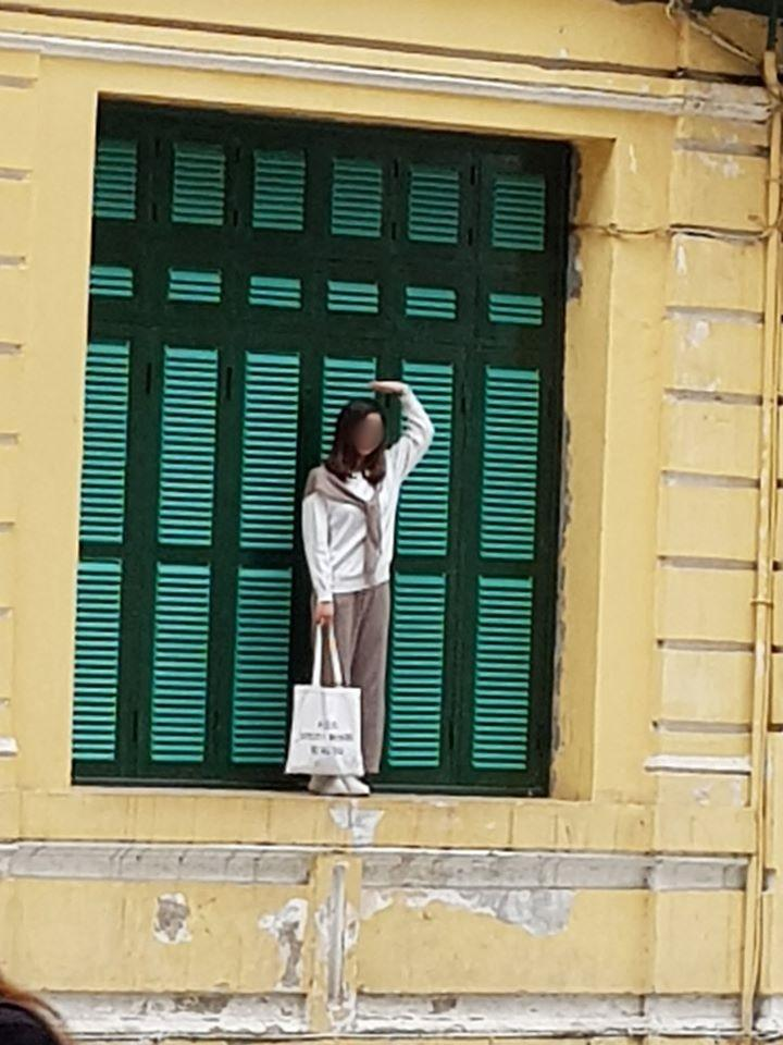 Chỉ trích cô gái trẻ trèo lên cửa sổ nhà cổ ở Hà Nội sống ảo, chủ nhân loạt ảnh bị ném đá ngược-2
