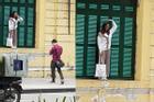 Chỉ trích cô gái trẻ trèo lên cửa sổ nhà cổ ở Hà Nội sống ảo, chủ nhân loạt ảnh bị 'ném đá' ngược