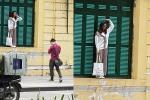 Kẻ biến thái nằm hẳn ra đường để nhìn trộm 2 cô gái mặc váy ngắn ở phố đi bộ Hà Nội-3
