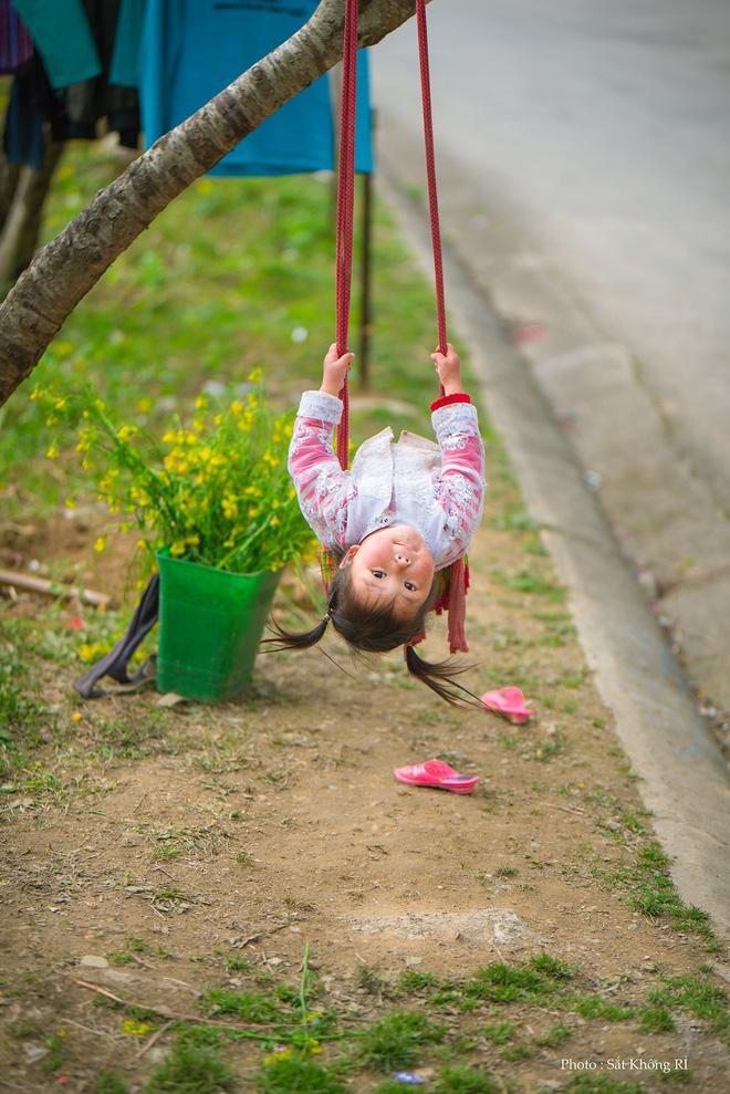 Khoảnh khắc cô bé Hà Giang nô đùa, cười rạng rỡ bên đường khiến bao người xao xuyến-1