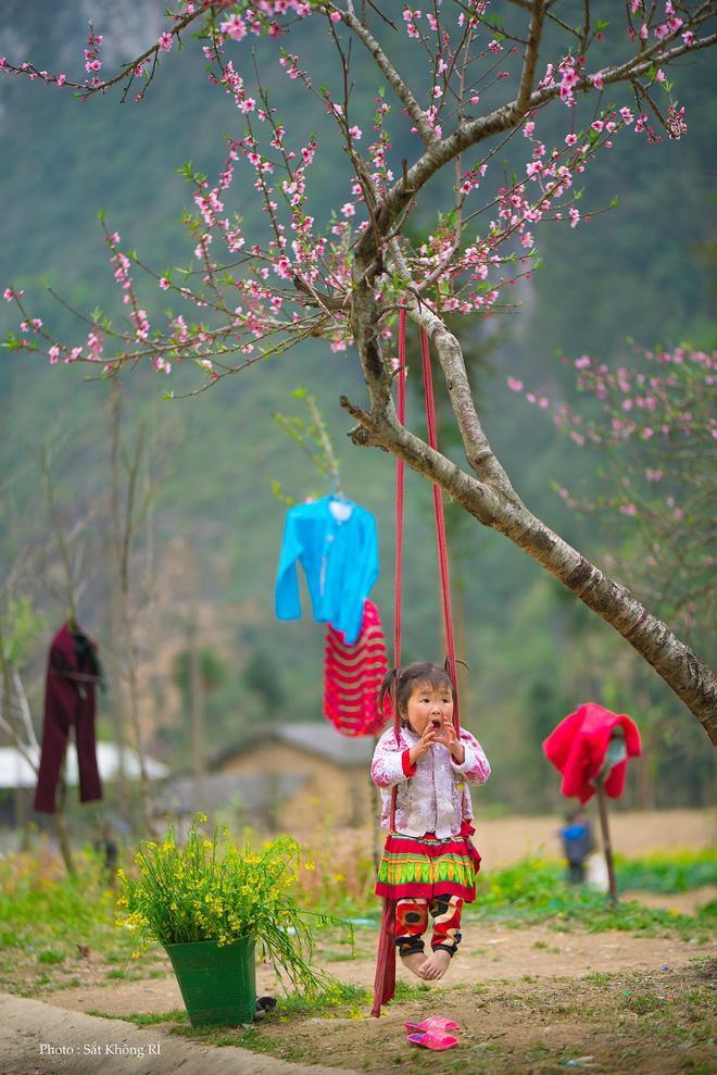 Khoảnh khắc cô bé Hà Giang nô đùa, cười rạng rỡ bên đường khiến bao người xao xuyến-2