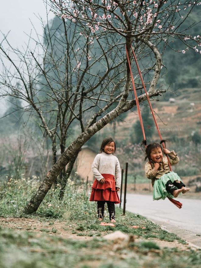 Khoảnh khắc cô bé Hà Giang nô đùa, cười rạng rỡ bên đường khiến bao người xao xuyến-3