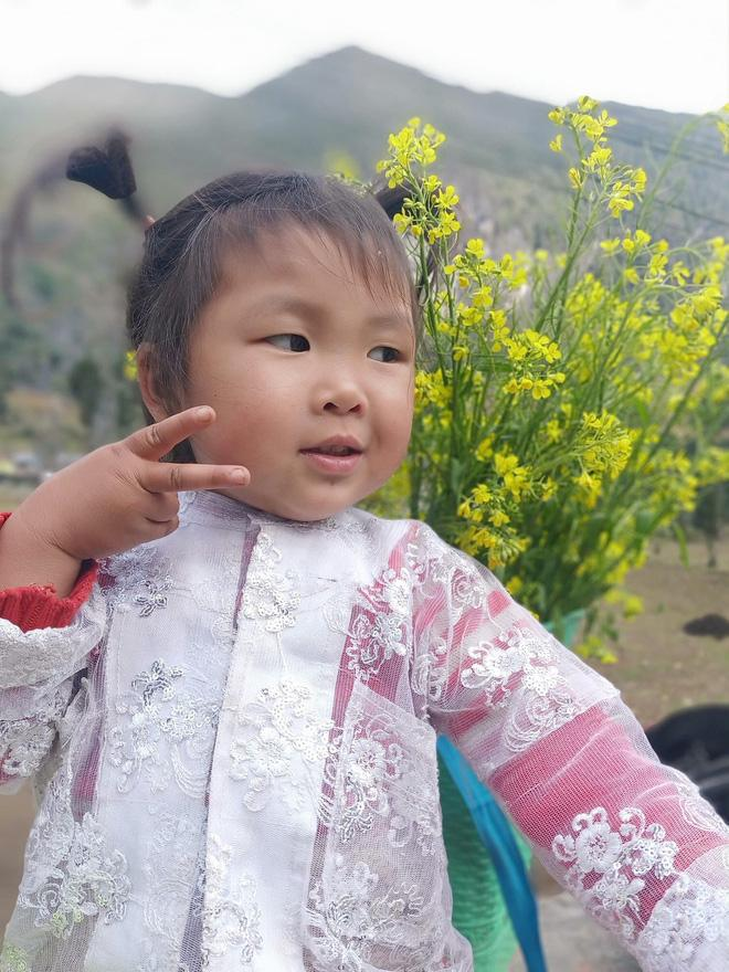 Khoảnh khắc cô bé Hà Giang nô đùa, cười rạng rỡ bên đường khiến bao người xao xuyến-5
